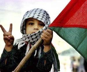 Niño con bandera palestina