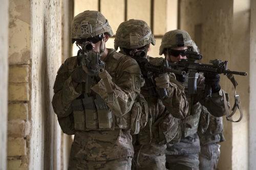 Ejército de paracaidistas de EEUU asignados a Bravo Troop, maniobran por un pasillo como parte del entrenamiento de nivel de escuadra en el Campamento Taji, Irak, 3 de agosto de 2015. Autor: DMA Army – Soldiers vía Flickr