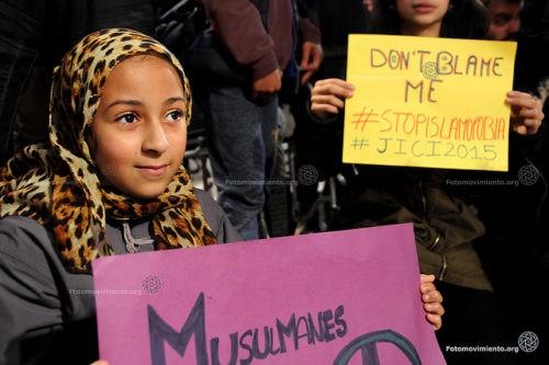 """Imagen del 2015 en la que se puede leer """"No me culpes a mí. Stop islamofobia"""". Autor: Fotomovimiento vía Flickr"""